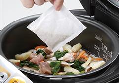 炊飯器に具材とだしパックを入れて。